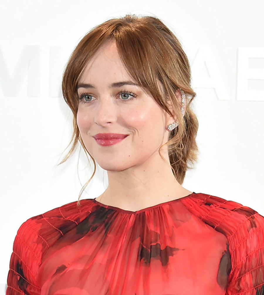 la_boucle_doreille_ear_cuff_mirian_dana_khouri_en_diamants_portee_par_dakota_johnson_a_linauguration_de_la_boutique_michael_kors_a_tokyo.